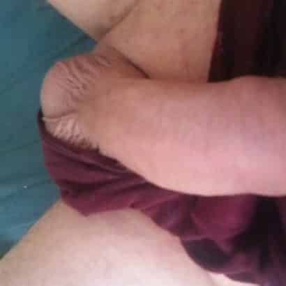 Männerschwänze auf dem Sofa