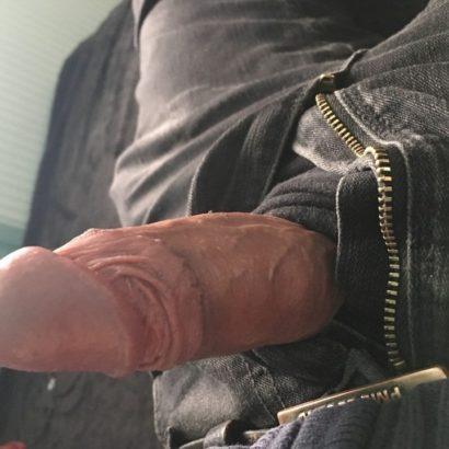 kleiner Penis aus der Hose