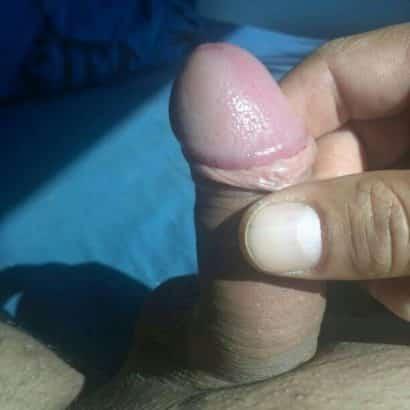 kleiner Penis in zwei FIngern