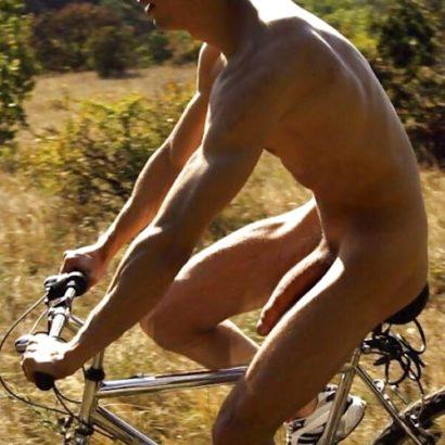 Riesenglied am Fahrrad fahren