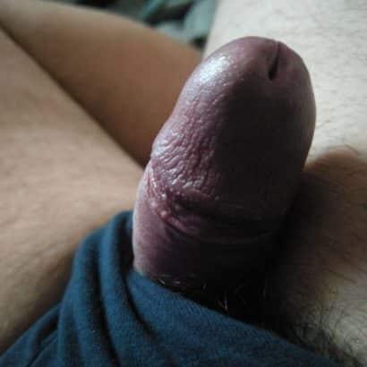 Mini Penis schaut aus der Hose